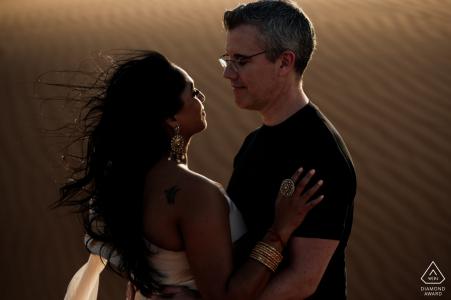 Séance photo de fiançailles aux Émirats arabes unis depuis Fossil Rock, dans le désert de Dubaï à l'aide de la lumière du désert