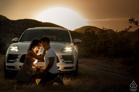 Spanien vor der Hochzeit und Verlobungsfotografie bei Sonnenuntergang in Aguilas Murcia mit einem Auto und einer niedrigen Sonne