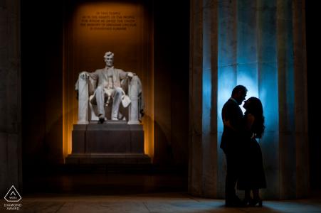 Sesión de fotos de compromiso de DC en el Lincoln Memorial DC con la pareja abrazándose en el Memorial antes del amanecer