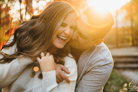 Sesión de imágenes previa al matrimonio en el zoológico de Lincoln Park con un cálido abrazo al atardecer