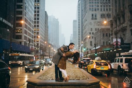 Session d'image pré-mariage de Michigan Ave avec un couple qui rit dans la neige et la circulation