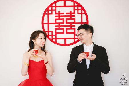 Thuis koppel drinkt thee tijdens een creatieve portretsessie voor het huwelijk