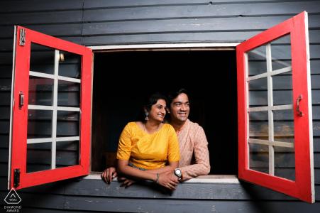 East Cost Road, Chennai, Tamil Nadu, Indien Paar, das sein Leben für neue Möglichkeiten während einer kreativen vorehelichen Porträtsitzung öffnet