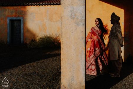 Sintra, Lisboa, Portugal Pareja india disfrutando del lugar místico en Sintra durante una sesión de fotos antes del matrimonio