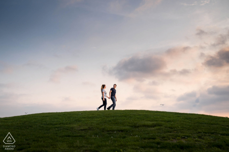 De Haarrijnse Plassen à Utrecht Les tourtereaux marchent au «bord» du monde lors d'une séance photo de fiançailles avant le mariage