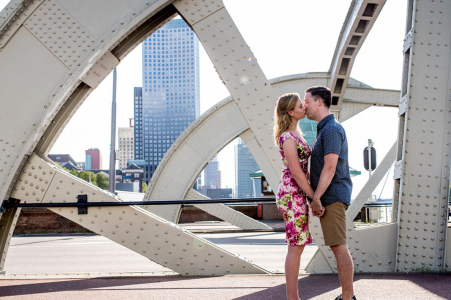 Séance photo de fiançailles à Rotterdam - Couple qui s'embrasse avec vue sur les toits de la ville