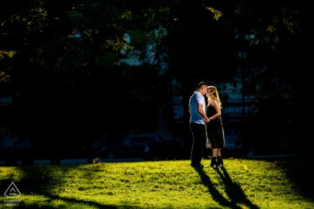 chicago lincoln park couple câlins lors d'une séance photo de fiançailles avant le mariage