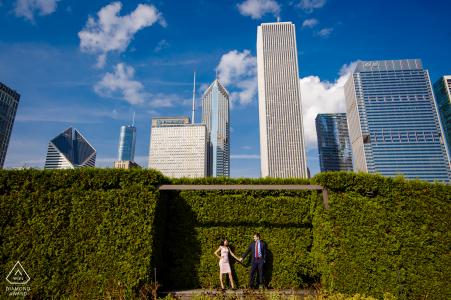Session de fiançailles de Millenium Park Chicago avec un couple au soleil lors d'une séance de portrait créative avant le mariage