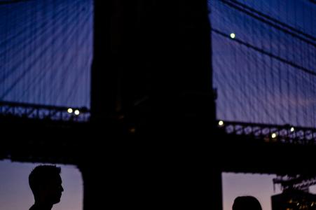 Dumbo Silhouette NY lors d'une séance photo pré-mariage au crépuscule par le pont