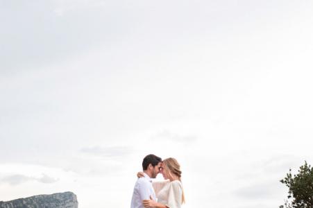 Col du Fambetou Hérault, France pré-mariage - couple avec vue sur la montagne
