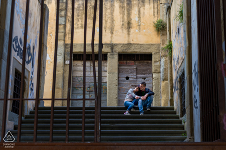 Arezzo- Italia pareja relajándose durante el rodaje previo a la boda, sentada en las escaleras