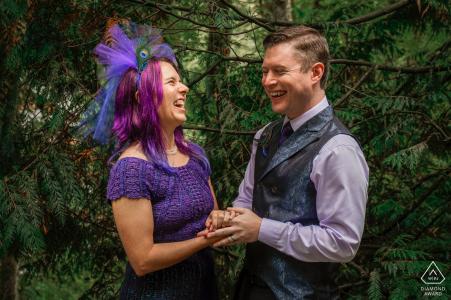 Hoyt Arboretum, Portland, Oregon couple rit ensemble - vous pouvez voir la joie sur leurs visages lors d'une séance photo avant le mariage