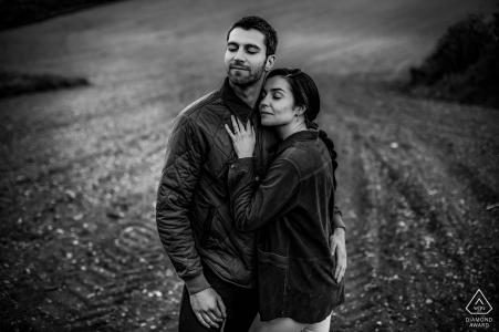 Séance photo pré-mariage de Poleymieux au Mont D'Or d'un couple enlacé