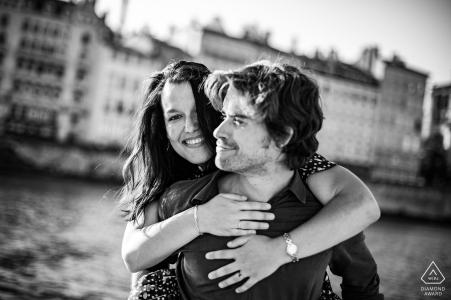 Vieux, Lyon photographie - photo de couple au bord d'une rivière