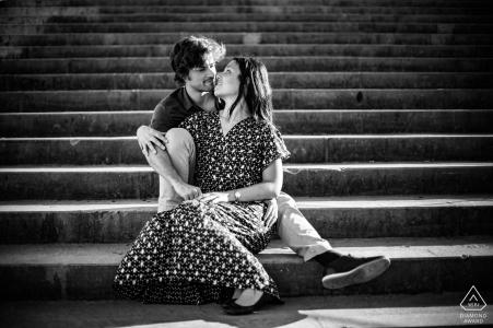 Vieux, Lyon photo pré-mariage - couple fiancé dans les escaliers