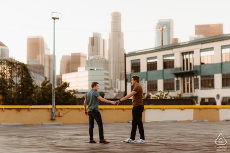 Los Angeles, Californie couple dansant avec le LA Skyline pour des photos avant le mariage