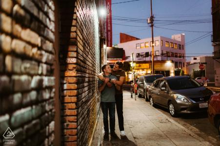 Los Ángeles, California Twilight escalofríos en el distrito de las artes para una sesión de fotos antes del matrimonio