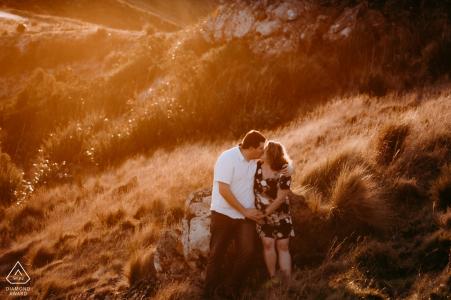 Port Hills Christchurch Nouvelle-Zélande Couple s'embrassant lors d'une séance photo de fiançailles