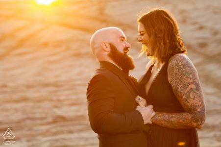 Sand Mountain, NV Belle lumière entre le couple lors d'une séance photo avant le mariage au coucher du soleil