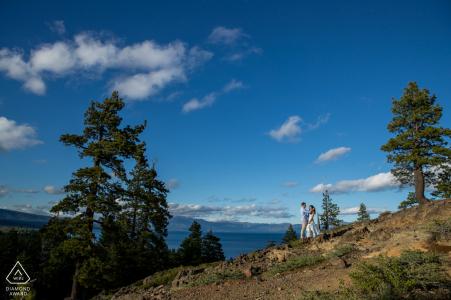 West Lake Tahoe Couple au sommet d'un rocher partageant un moment lors d'un tournage avant le mariage