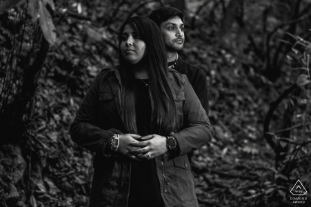 Tennessee portrait noir et blanc du couple au milieu des bois dans les montagnes du parc national des Great Smoky Mountains