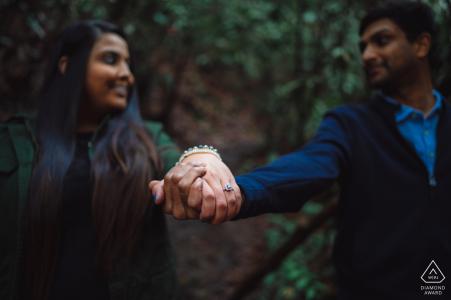 Paar aus dem Great Smoky Mountains National Park in Tennessee zeigt den Verlobungsring, während sie sich gegenseitig in die Augen sehen