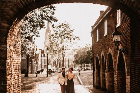 Sesión de fotos previa al matrimonio de Delft Netherlands Sunset engagement en las calles