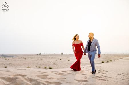 Désert d'Al Awir, Dubaï Couple marchant dans le désert lors d'une séance de photographie avant le mariage