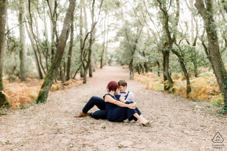 Les Sables d'Olonne, Vendée, France Couple amoureux s'embrassant quelques instants après leur proposition surprise