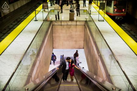 San Francisco Lovebirds pareja comprometida subiendo escaleras mecánicas urbanas durante la sesión previa al matrimonio