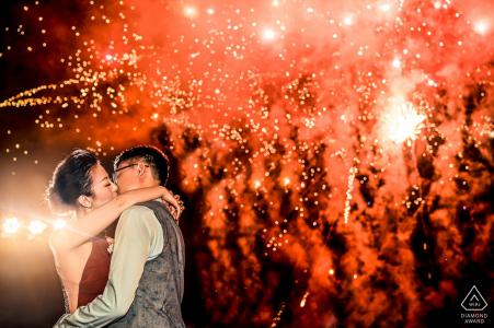 La pareja de Banyan Tree Ungasan Bali se besaba durante una sesión de fotos previa al matrimonio mientras jugaban los fuegos artificiales.