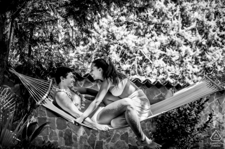 Catane à l'extérieur de la forêt séance photo avant le jour du mariage avec un couple se détendre dans un hamac l'heure d'été au cours de la