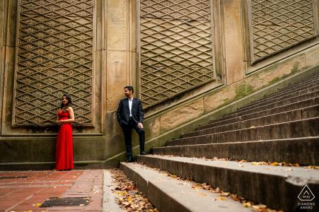 Central Park mini-séance photo urbaine avant le jour du mariage en utilisant des lignes et de la texture pour créer une touche artistique au portrait du couple