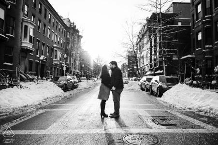 South End, Boston, Massachusetts mini-séance photo urbaine avant le jour du mariage d'un couple dans un quartier