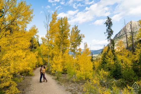 Breckenridge, CO buiten het bos fotosessie voor de trouwdag van een paar op een onverharde weg