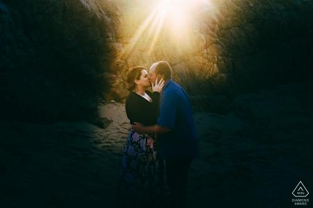 The Heads, Knysna, Garden Route en dehors de la séance de photos de la forêt avant le jour du mariage alors que le soleil se couchait derrière les rochers qui ont créé ce flair impressionnant
