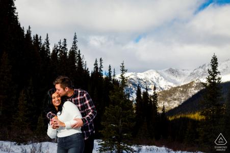 Keystone, CO, séance photo en dehors de la forêt avant le jour du mariage avec quelques câlins d'hiver amusants dans la neige