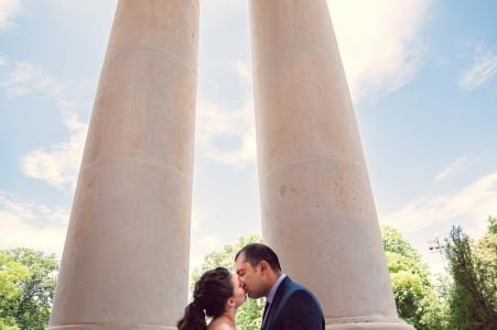 Mini sesión fotográfica urbana del Teatro Nacional de Sofía antes del día de la boda con una pareja besándose
