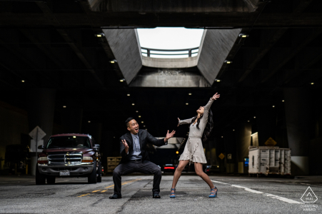 Sesión de fotos urbana en Los Ángeles, California antes del día de la boda en un estacionamiento subterráneo
