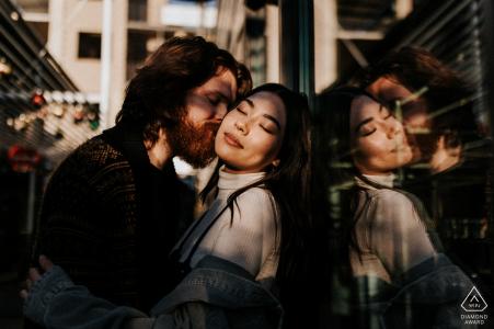South Congress, Austin mini séance photo urbaine / de rue avec un doux baiser et un reflet en verre