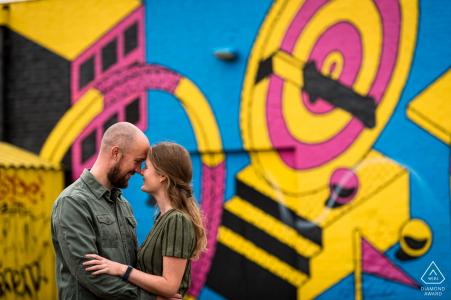 Breda mini shoot photo urbaine avant le jour du mariage montrant le couple pose sur l'arrière-plan vous voyez un mur de graffitis