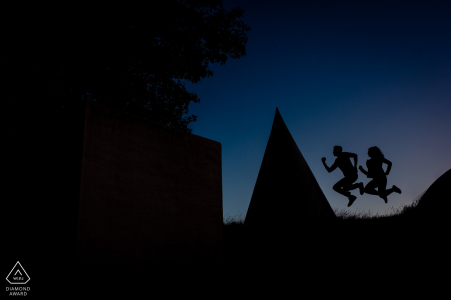 Gorinchem mini séance photo urbaine avant le jour du mariage avec une action de silhouette sautante amusante