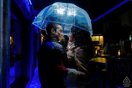Jaén, Espagne mini-séance photo urbaine avant le jour du mariage la nuit sous un parapluie avec des lumières bleues