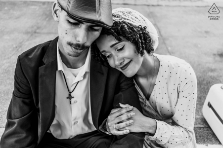 Maceió, Brazil mini couple photo session before the wedding day with the future bride embraced with her groom