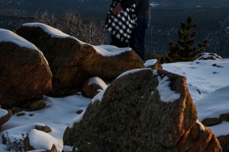 Rocky Mountain National Park Micro session de photo de montagne en plein air avant le jour du mariage avec un couple célébrant leurs fiançailles avec une aventure enneigée dans les montagnes du Colorado
