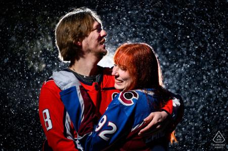 Une mini-séance photo sportive d'Estes Park avant le jour du mariage d'un couple partage une minute sincère ensemble alors qu'une forte chute de neige se fraye un chemin dans la séance photo