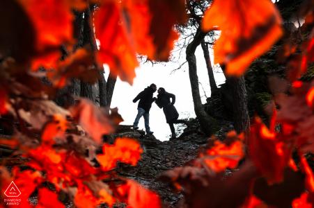 Rocher du Falkenstein à l'extérieur de la session de photos de la forêt avant le jour du mariage à l'automne avec des feuilles rouge vif