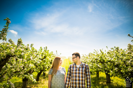 Brno mini séance photo de couple avant le jour du mariage au soleil entre le vert et le bleu