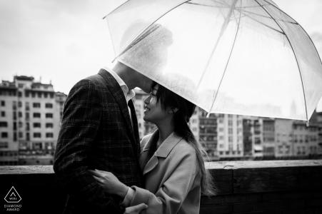 Lungarno Corsini, Florence mini urban pic shoot voor de trouwdag in de regen terwijl het paar kust onder de paraplu