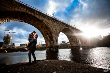 Portrait de couple pont en arc de pierre à la rivière à MN